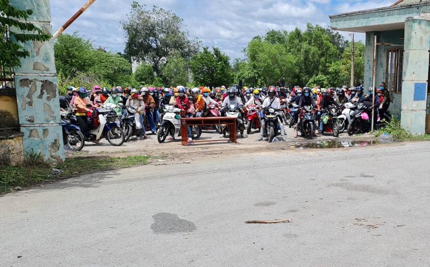 CSGT Tây Ninh hỗ trợ dẫn đường công nhân Đắk Lắk về quê 01