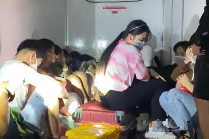 """phát hiện 15 người trốn trong xe đông lạnh để """"thông chốt"""" ở Bình Thuận 01"""